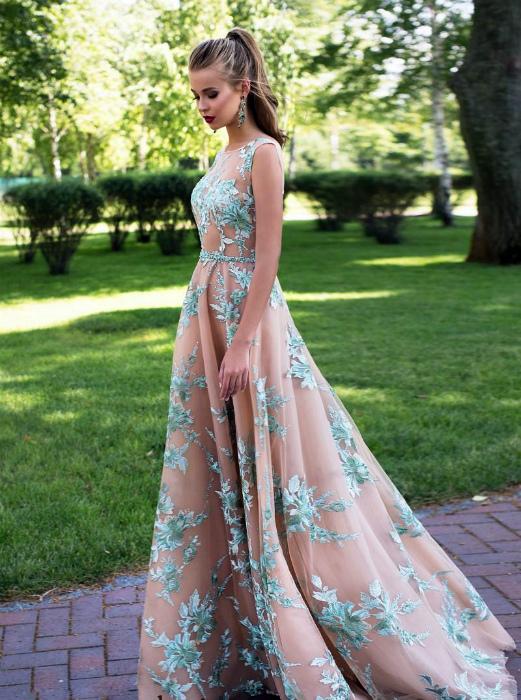 Струящееся платье со шлейфом.