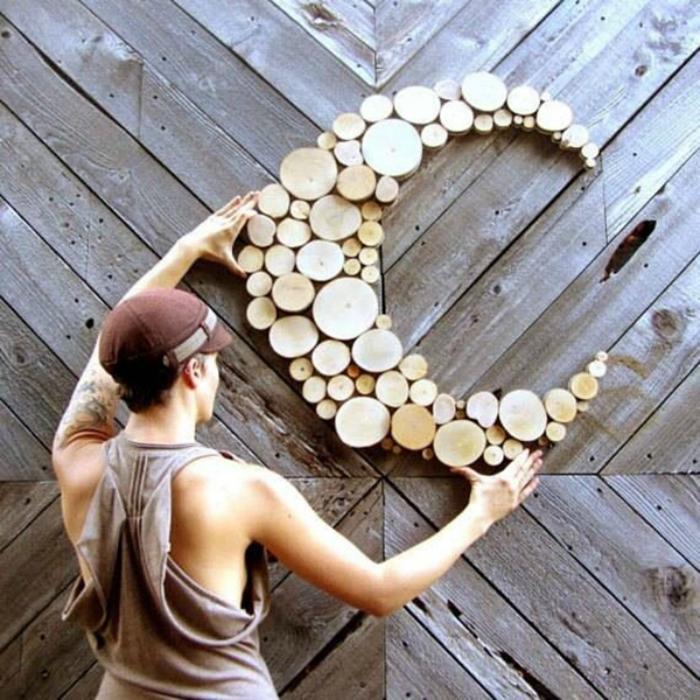 Из деревянных спилов можно создавать абсолютно любые фигуры и вешать и клеить их на стену.