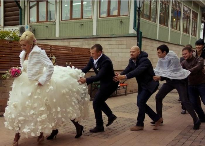 Невеста на четырех ногах бежит вперед, а все остальные ее догоняют.
