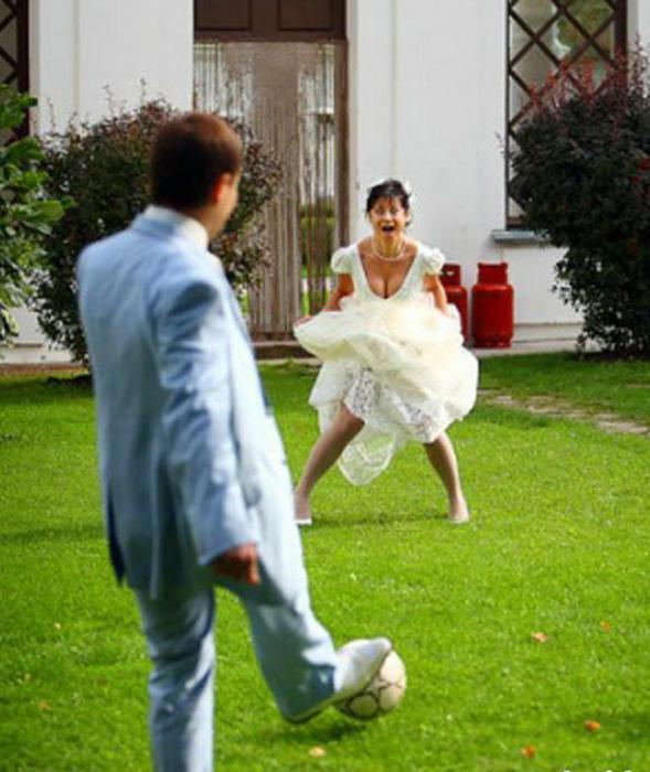 Невеста так увлеклась игрой, что забыла про свадебную съемку.