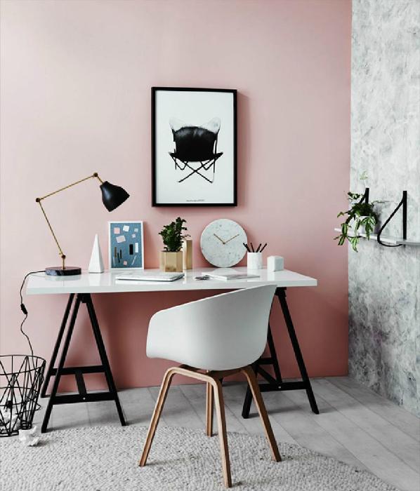 Рабочий уголок в серо-розовых тонах.