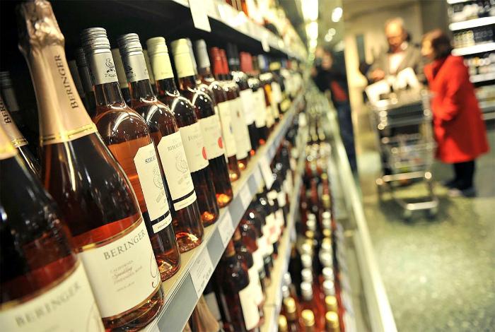 Ликеро-водочным магазинам запрещено продавать безалкогольные напитки.
