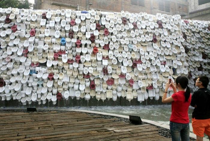 Водопад из унитазов в городе Фошань.