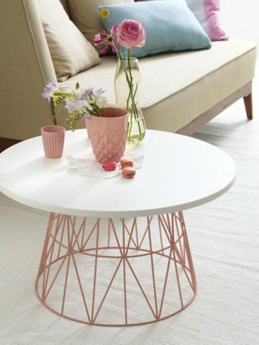 Столик с оригинальным каркасом.