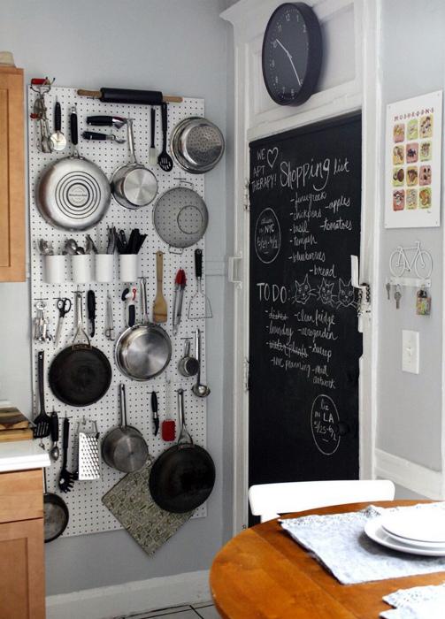 Пегборд на кухне. | Фото: Pinterest.