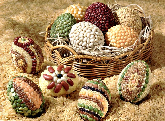 Яйца, украшенные зернами и крупами.