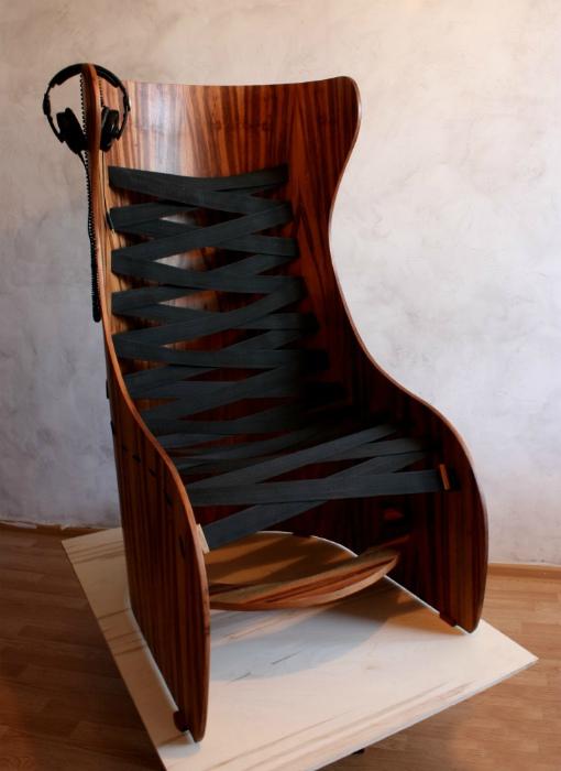Дизайнерское кресло из дерева и резинок.