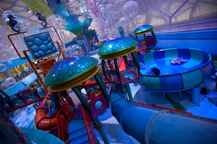 Крупнейший, крытый аквапарк в Пекине. Изюминкой парка является его необыкновенный дизайн - здесь повсюду бурлят пузыри, плавают медузы, и льется вода, что создает впечатление, будто находишься под водой.