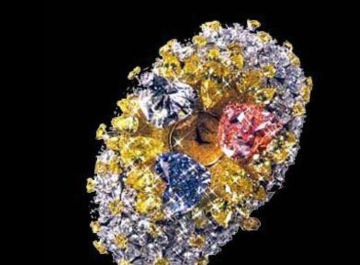 Цена: миллионов. Корпус часов полностью усыпан бриллиантами, среди которых просматривается небольшой циферблат.