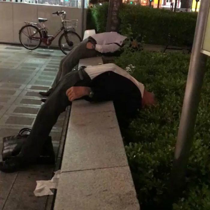 Спящие люди повсюду. | Фото: Sympa-sympa.com.