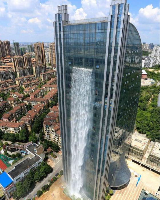 Водопад в небоскребе. | Фото: China.com.