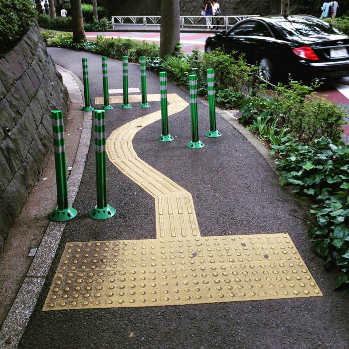 Полоса препятствий для пешеходов и велосипедистов.