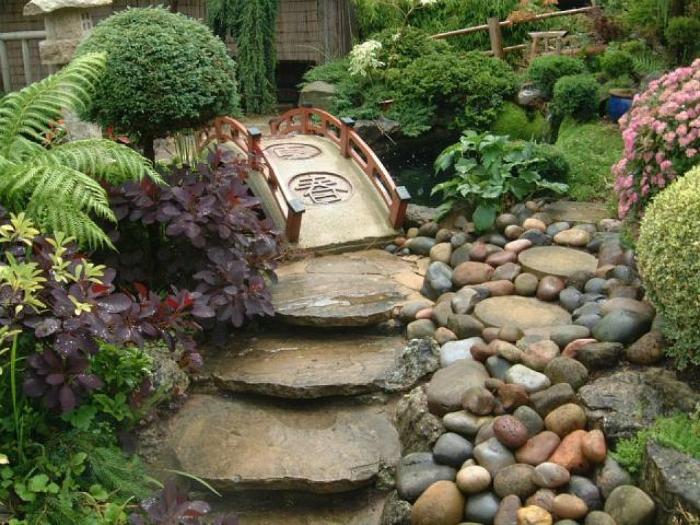 Каменные ступени и мостик.