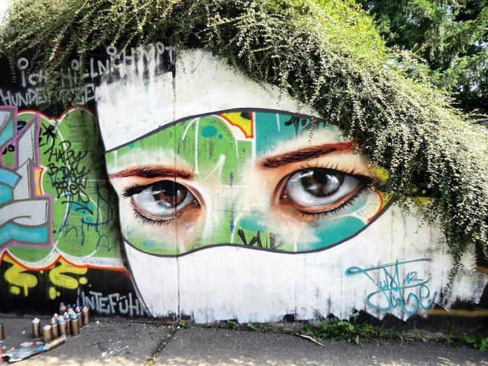 Печальные глаза природы, которая созерцает городские пейзажи.