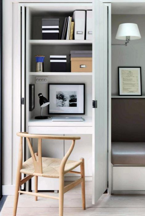 Мини-кабинет в шкафу.   Фото: Lee-Pace.org.
