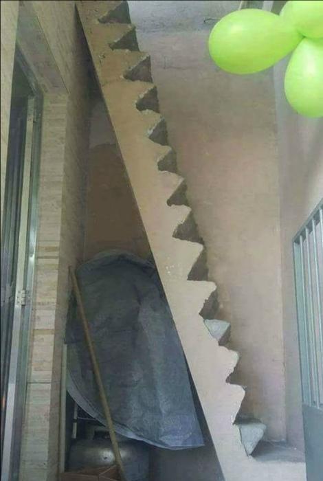 Когда слишком мало места для лестницы. | Фото: informburo.dn.ua.