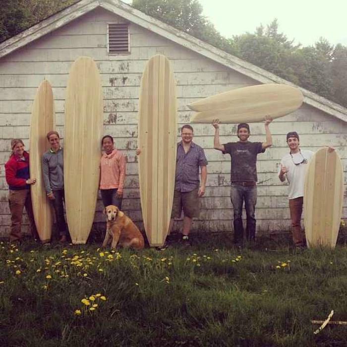 Лагерь, где можно смастерить свою собственную доску для серфинга из кедра и наслаждаться занятиями серфингом в течение недели.