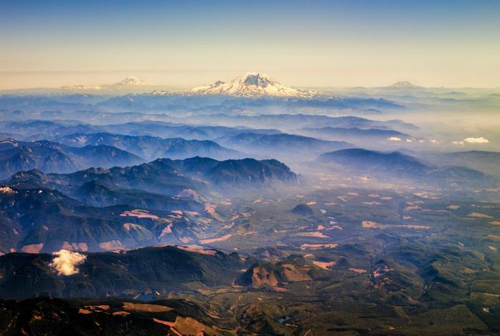 Скалистая местность и вулкан Рейнир. Фотограф: Мишель Мати.