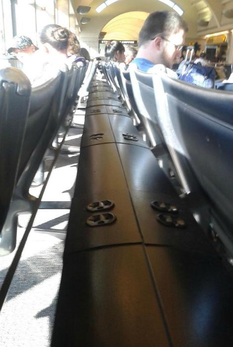 Розетки за спинками сидений. | Фото: Humor.fm.