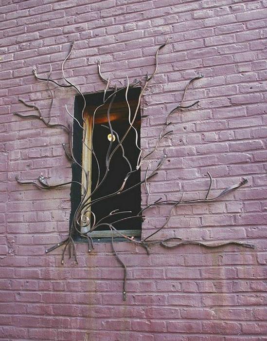 Окно, украшенное фантастической кованной решеткой.