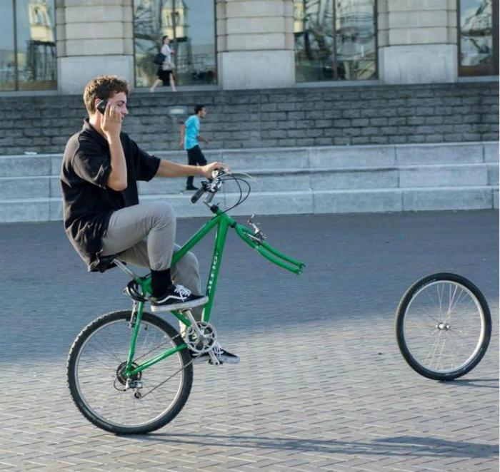 Этому парню посчастливилось первому прокатиться на одноколесном велосипеде.
