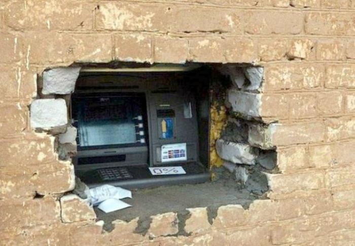 «Аккуратное» окошко банкомата.