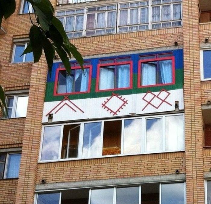 Балкон, украшенный этническими рисунками.