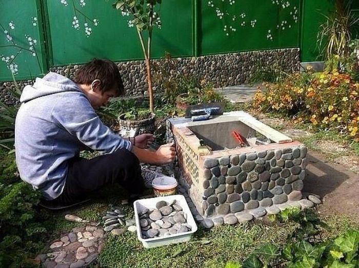 Декор мангала камнями.