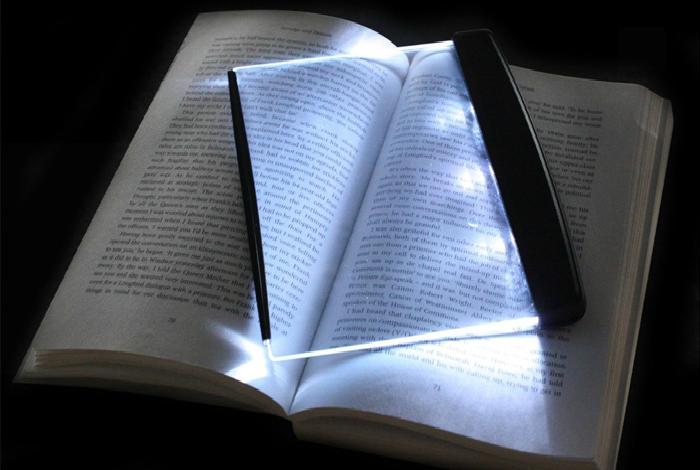 Компактный светильник для любителей почитать ночью, который хорошо подсветит странички и не потревожит сон окружающих людей.