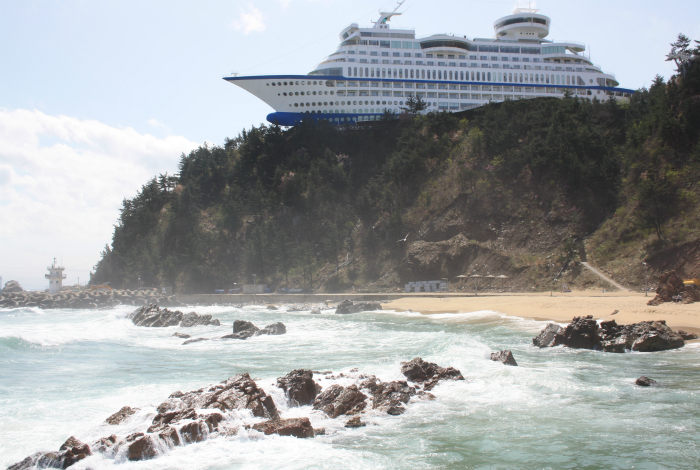 Величественный отель-корабль на холме в Чондочжин.
