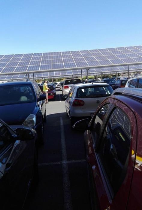 Солнечные панели вместо козырьков на парковке.