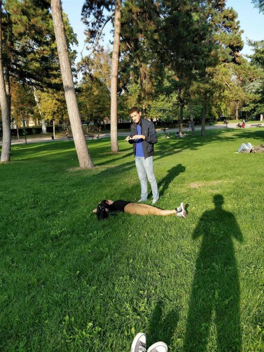 Когда модель растянулась на траве и уже 15 минут не двигается.