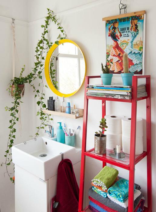 Яркие предметы декора в интерьере ванной комнаты.