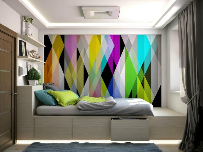 Спальня с разноцветной стеной.