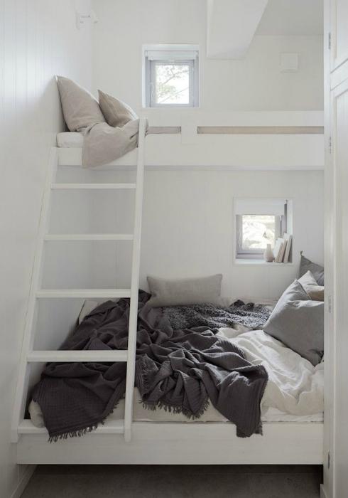 Белоснежная минималистичная спальня с двухэтажной кроватью.