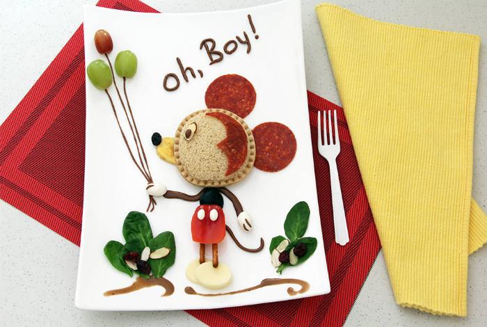 Фруктовый десерт для мальчика в виде Микки Мауса с шариками из виноградинок.