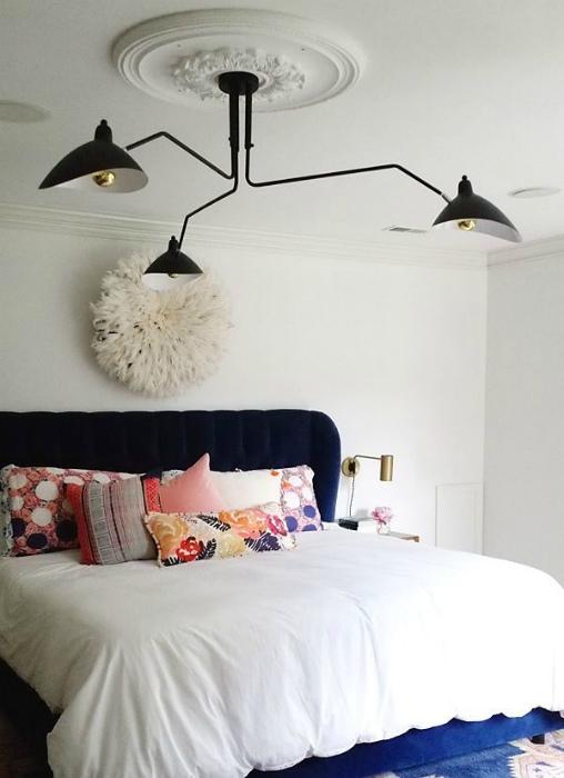 Потолок с лепниной и современная люстра.