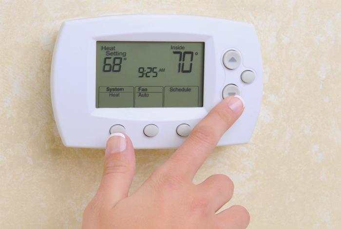 Если есть возможность, установите в квартире термостат, который будет автоматически регулировать температуру в квартире и поможет сэкономить на электроэнергии.