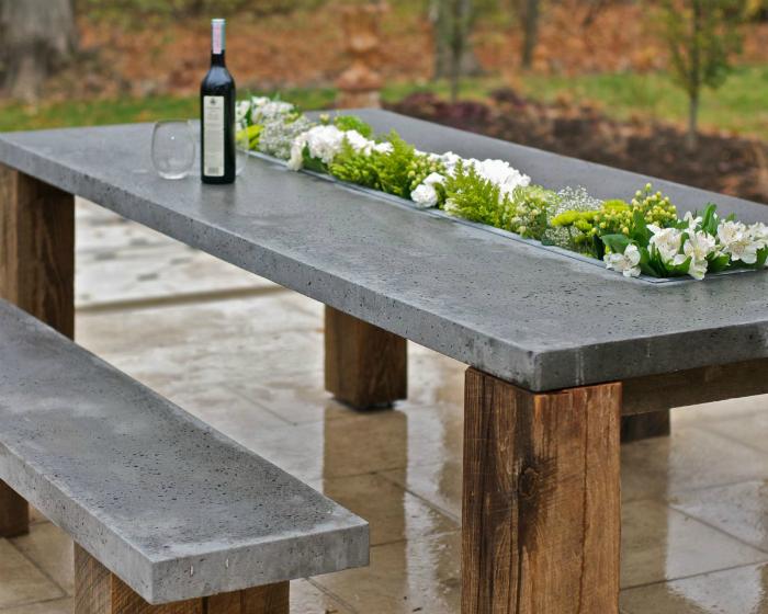 Стол и лавки из дерева и бетона.