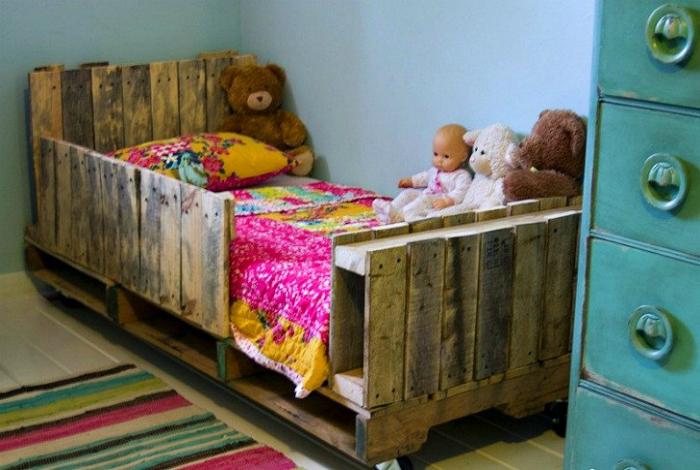 Кровать из поддонов.