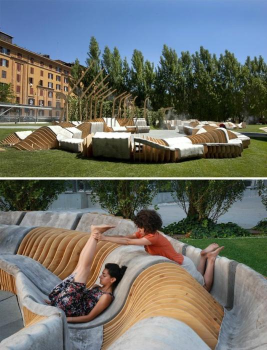 Закрученная скамейка из дерева и бетона.