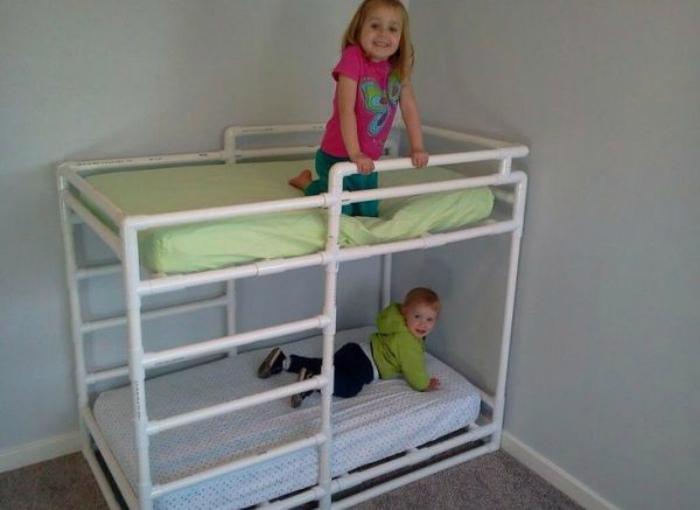 Двухъярусная кровать их труб. | Фото: LiveInternet.
