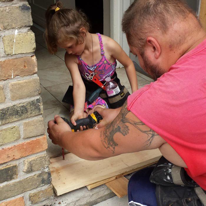 Убеждает дочку стать строителем.