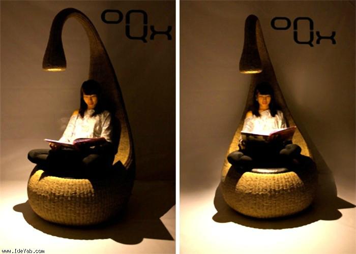 Кресло со светильником для комфортного отдыха и чтения.