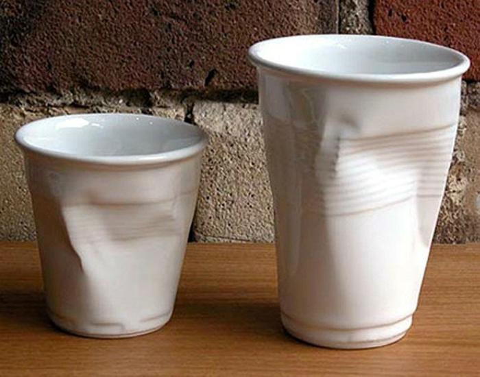 Керамические чашки, которые выглядят, как смятые одноразовые стаканы.