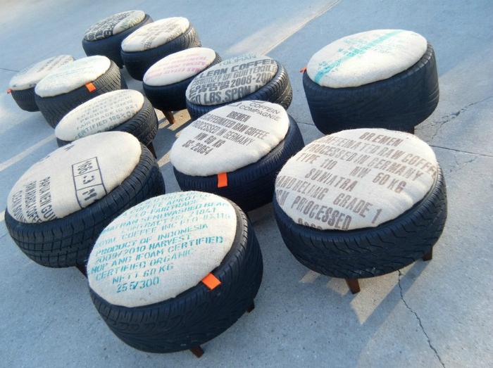 Старые шины на деревянных ножках и самодельными поролоновыми накладками.