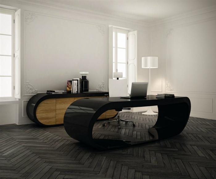 Кабинет с оригинальной мебелью.