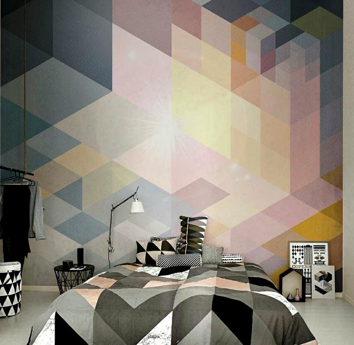 Спальня с геометрическим принтом на одной из стен.
