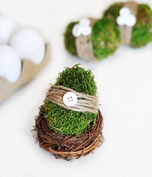 Декор яиц мхом.