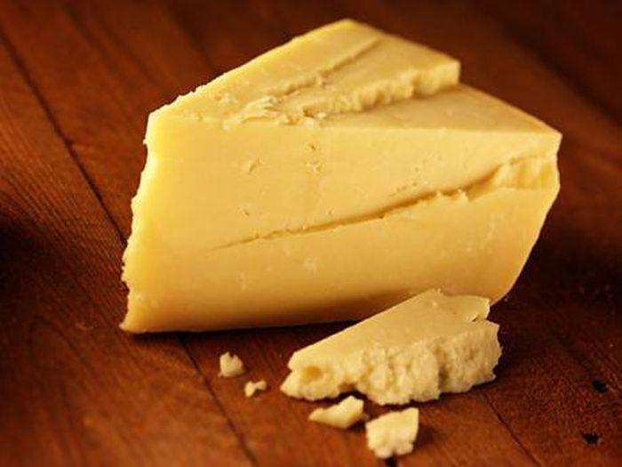Чтобы сыр не засыхал, смажьте свежий срез сливочным маслом.